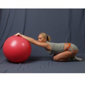 Растяжка спины с фитболом