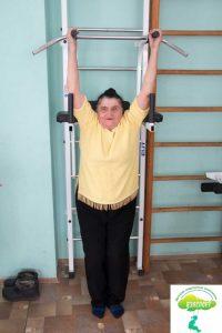 Гимнастика для пожилых на шведской стенке